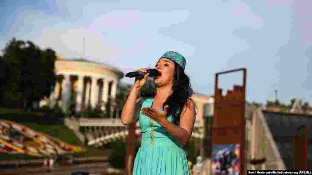 После официального закрытия Дня крымско-татарского флага на сцене выступили ряд крымско-татарских коллективов и артистов.