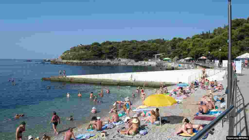 У перші дні вересня на пляжах Фороса, як і раніше, можна зустріти чимало людей