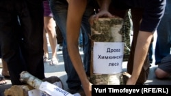 "Russia -- Ecologist and Left Front activists bring ""Woods of Khimki forest"" to the building of Government of Russian Federation, 22Jul2010"