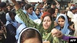اعتراض ها به وضعیت فوق العاده همچنان در پاکستان ادامه دارد.