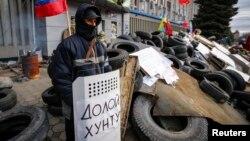 Мужчина на баррикадах перед зданием СБУ в Луганске. 12 апреля 2014 года.
