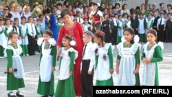 Торжественное мероприятие в школе в Туркменистане, посвященное началу нового учебного года.