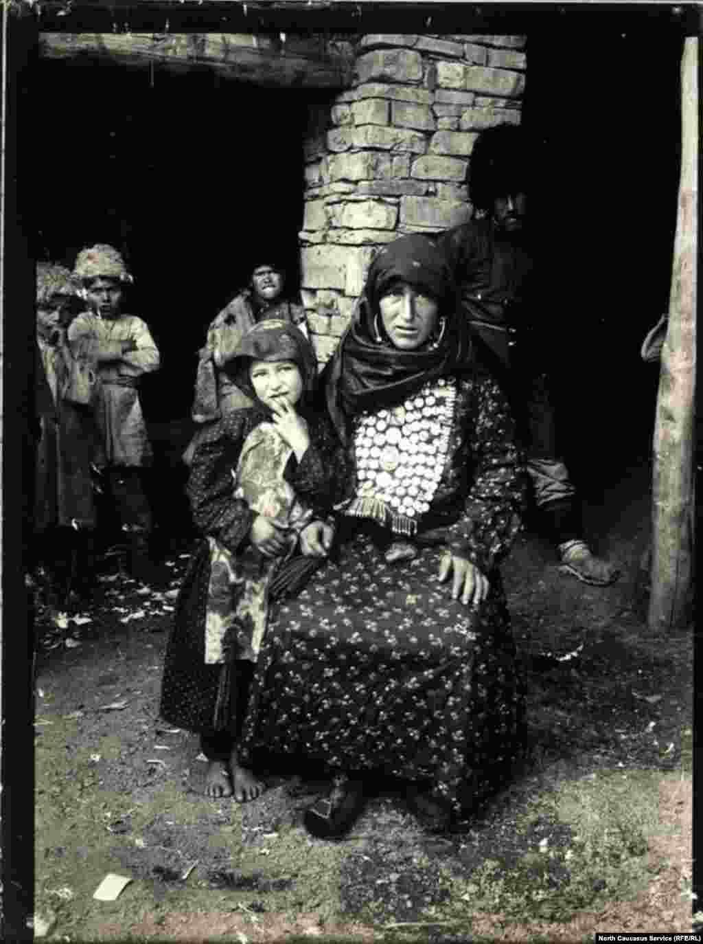 Традиционным элементом женского костюма народов южного Дагестана был нагрудник, украшенный рядами монет. Кроме того, на такой нагрудник могли быть нашиты бусины, бляхи, застежки и подвески, а также амулеты. Такое украшение было элементом праздничного, как правило свадебного костюма.