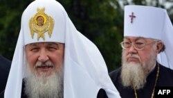 Глава Русской православной церкви патриарх Кирилл (слева) и глава Польской православной церкви митрополит Савва (справа). Варшава, 16 августа 2012 года.