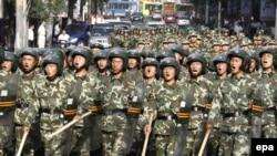 Қытай армиясының жауынгерлері Үрімжі қаласының көшелерінде. Үрімжі, 8 шілде 2009 жыл.