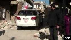 Սիրիա - Կարմիր Խաչի ավտոմեքենան ռազմական գործողություններից տուժած բնակավայրերից մեկում, արխիվ