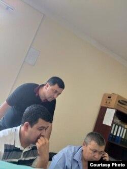 Tuman hokimi o'rinbosari Alisher Mirzakarimov(oq ko'ylakda), Soliq inspeksiyasi boshlig'i Ilhom Rahimov bankda