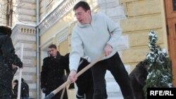 Primarul Dorin Chirtoacă dă exemplu la muncă