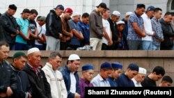 Верующие в мечети Алматы во время айт-намаза.