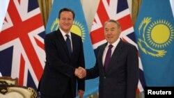 Премьер-министр Великобритании Дэвид Кэмерон (слева) и президент Казахстана Нурсултан Назарбаев. Астана, 1 июля 2013 года.