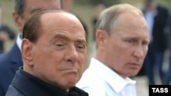 Президент Росії Володимир Путін (праворуч) та екс-прем'єр Італії Сільвіо Берлусконі у Криму. 12 вересня 2015 року