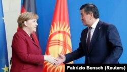 Президент Кыргызстана Сооронбай Жээнбеков и канцлер Германии Ангела Меркель. Берлин, 16 апреля 2019 года.