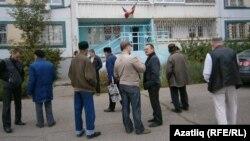 Гамил Камалетдиновка теләктәшлек белдерергә килүчеләр мәхкәмәдән соң киңәшләшеп алды