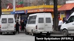 Маршрутные такси на одной из остановок в Бишкеке. Иллюстративное фото.