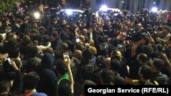 Полицияның түнгі клубтарға жүргізген рейдінен кейін Грузия парламенті жанындағы акция. Тбилиси, 12 мамыр 2018 жыл.
