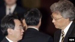 معاون وزارت امور خارجه چین (چپ) و سفیر روسیه در پکن در مذاکرات شش جانبه