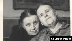 Людмила Кузнецова Бурлюк и Марианна Фиала-Бурлюк в Праге