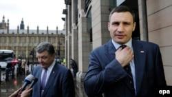 """Политик и миллиардер Петр Порошенко (слева) и лидер партии """"УДАР"""" Виталий Кличко. Лондон, 26 марта 2014 года."""