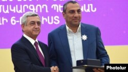 Armenia - President Serzh Sarkisian awards a state medal to businessman Samvel Aleksanian (R) in Yerevan, 26 September 2015.