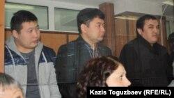 Слева направо: бывшие сотрудники КНБ Самат Сабалаков и Ренат Бердалиев. Справа - Кайрат Айтбаев,подсудимые по делу о гибели полицейского в Актау. Алматы, 30 января 2013 года.