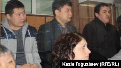 Обвиняемые по делу об убийстве полицейского (слева направо): бывшие сотрудники КНБ Самат Сабалаков и Ренат Бердалиев, бывший сотрудник охранной компании Кайрат Айтбаев. Алматы, 30 января 2013 года.