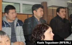 Слева направо: бывшие сотрудники КНБ Самат Сабалаков и Ренат Бердалиев. Справа - Кайрат Айтбаев, «главный фигурант» дела о гибели полицейского в Актау. Алматы, 30 января 2013 года.