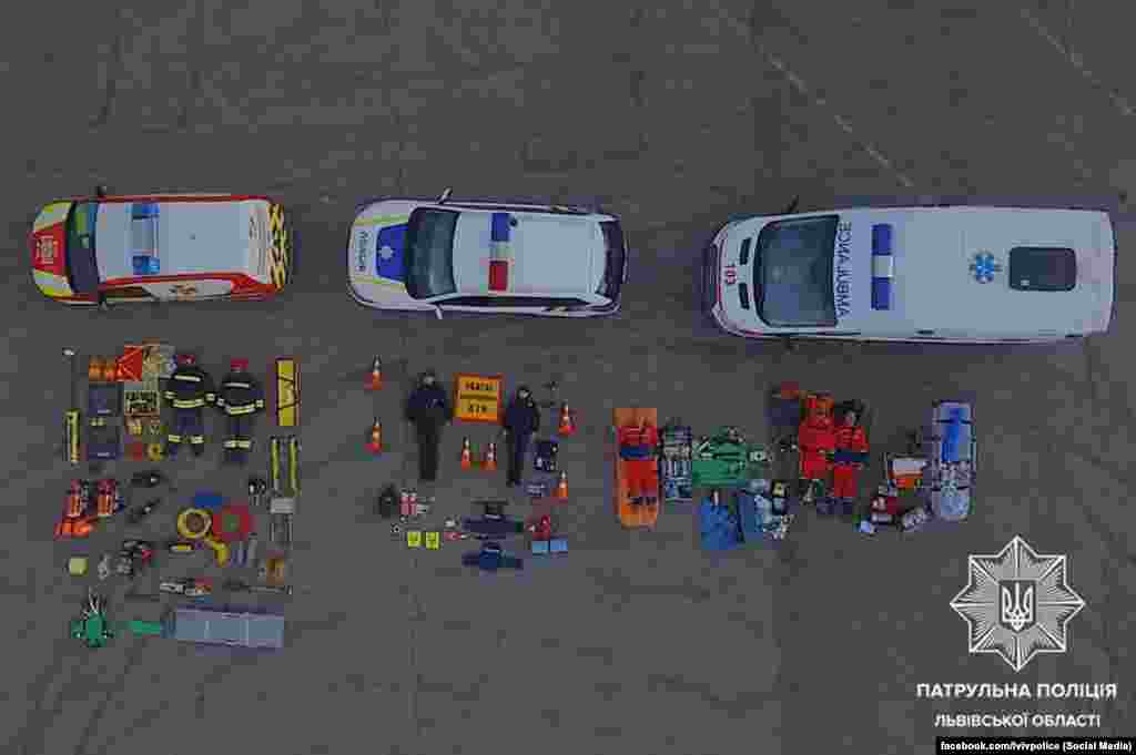 Патрульна поліція, медики й рятувальники Львівської області показали обладнання, яке їм потрібне на виклику до одної ДТП з потерпілими
