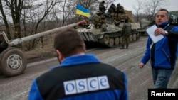 Члени моніторингової місії ОБСЄ біля українських військовослужбовців. Село Парасковіївка, поблизу Артемівська, 26 лютого 2015 року. Ілюстраційне фото