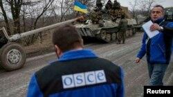 Представники місії ОБСЄ під час відведення важкого озброєня українською армією, 26 лютого 2015 року