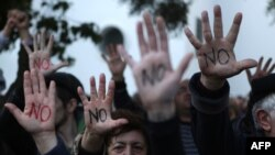 Протестующие у здания парламента в Никосии, 18 марта 2013 года.