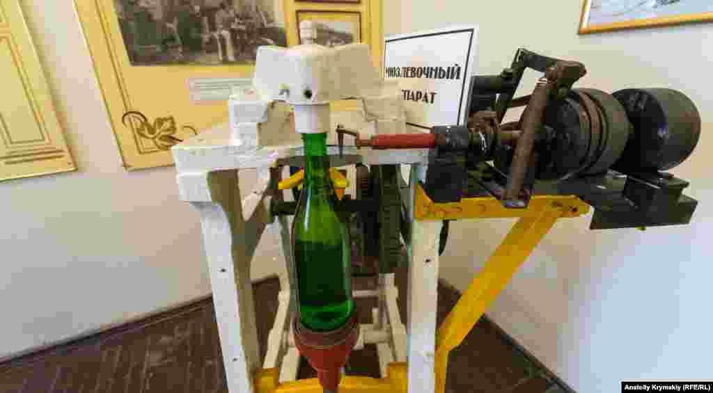 Экспонат музея – мюзлевочный аппарат, с помощью которого проволочной уздечкой (мюзле) прикрепляли пробку к горлышку бутылки с шампанским