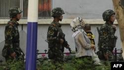 Шыңжаң ұйғыр автономиялық ауданының орталығы Үрімжі қаласында жүрген қытай полицейлері. (Көрнекі сурет)