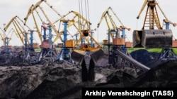ذغالسنگ صادراتی از آفریقای جنوبی در حال تخلیه در بندر اودسا اوکراین.