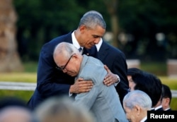 Президент США Барак Обама обіймає чоловіка, який пережив атомне бомбардування Хіросіми у 1945 році. Хіросіма, 27 травня 2016 року