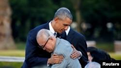 Барак Обама в ходе визита в Хиросиму встретился с пережившими атомную бомбардировку гражданами Японии, 27 мая 2016 года.