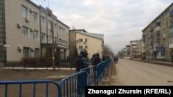 У здания специализированного межрайонного суда по уголовным делам Актюбинской области перед началом слушаний по делу «о хищении нефти». Актобе, 20 ноября 2017 года.