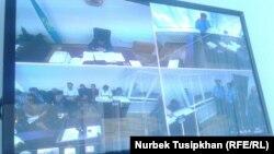 Жанболат Мамайдың соты өтіп жатқан залдан көрініс. Сурет экраннан түсірілген. Алматы, 18 тамыз 2017 жыл.