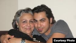 امیر ارشد تاجمیر در کنار مادرش شهین مهینفر، گوینده با سابقه رادیوی ایران