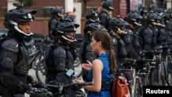 Журналістка задае пытаньне паліцыянту падчас пратэсту 17 ліпеня, напярэдадні зьезду рэспубліканцаў у Кліўлэндзе.