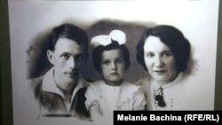 Известный ученый-химик Армин Стромберг с женой Лидией и дочерью Эльзой. Фотография сделана накануне ссылки, в 1941 году