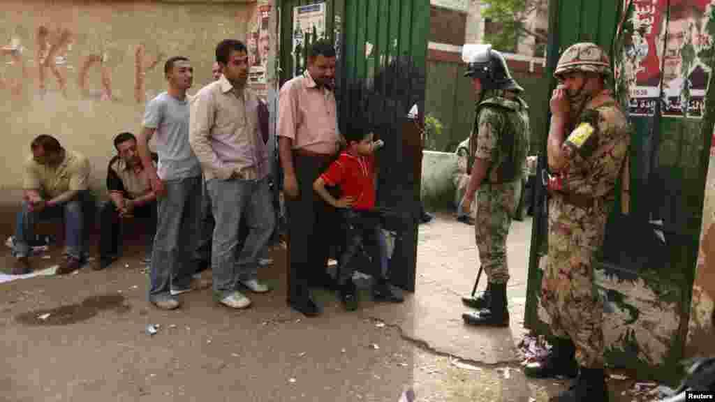 Vojnici obezbeđuju biralište u Kairu, 23. maj 2012.