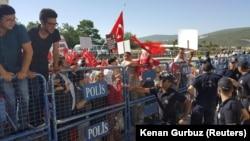 """Президент Ердоғанды қолдаушылар """"төңкеріс жасамақ болған"""" деп айыпталғандарды сотқа апаратын жол бойында тұр. Түркия, 13 шілде 2017 жыл."""