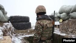 Армянский военнослужащий на границе с Азербайджаном (архив)