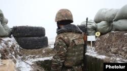 Հայկական ԶՈւ զինծառայողը մարտական հերթապահության ժամանակ, արխիվ