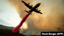 Самолет тушит пожар в Калифорнии. Иллюстративное фото.