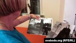 Фото из семейного альбома Александра Варламова в руках сестры модельера Римы Шымчонок. Минск, 5 февраля 2013 года.