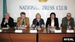 Участники пресс-конференции критикуют законопроект об интернете. Алматы, 27 января 2009 года.
