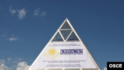 Вывеска с логотипом ОБСЕ на здании Дворца мира и согласия в Астане.