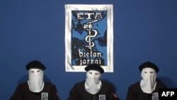 """Фрагмент видеозаписи, на которой участники баскской сепаратистской группировки ЭТА объявляют о """"прекращении вооруженной деятельности"""". Испания, 20 октября 2011 г"""