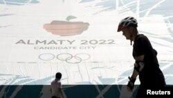 Баннер «Алматы — город — кандидат на проведение зимних Олимпийских игр 2022 года». Алматы , 26 июля 2015 года.